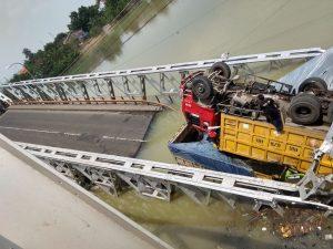 Sejumlah kendaraan tercebur di sungai bengawan solo, tepat di jembatan peninggalan Belanda yang roboh di Kabupaten Tuban, Jawa Timur. (Foto: istimewa)